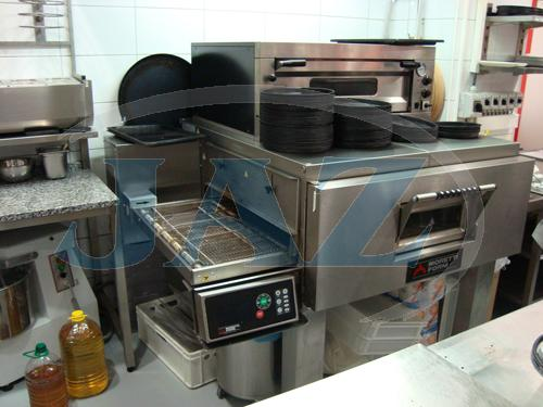 Pizza Mizza Expres Avion Bratislava - kuchyňa + výdaj