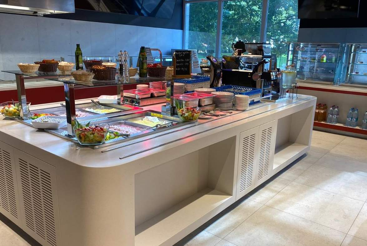 LunchTime, Bratislava - kuchyňa + výdaj stravy